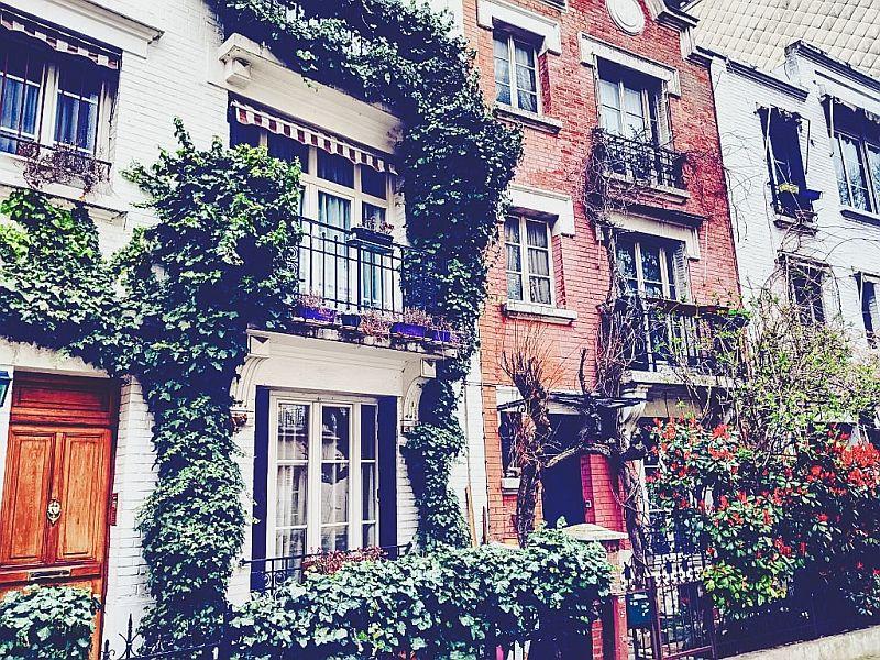 Eine kleine Gasse im Viertel Montmartre