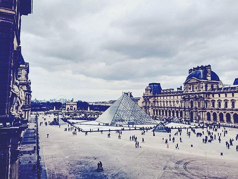 Der Louvre am Tag