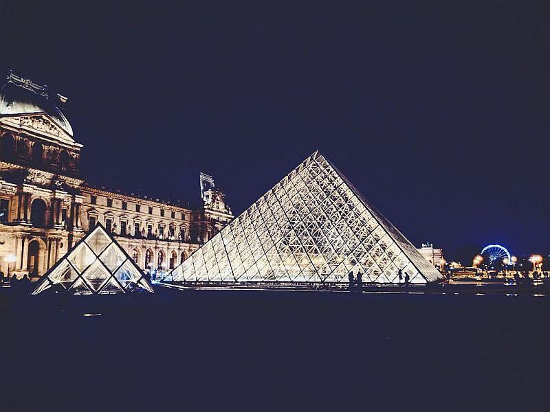 Die Glaspyramide bei Nacht
