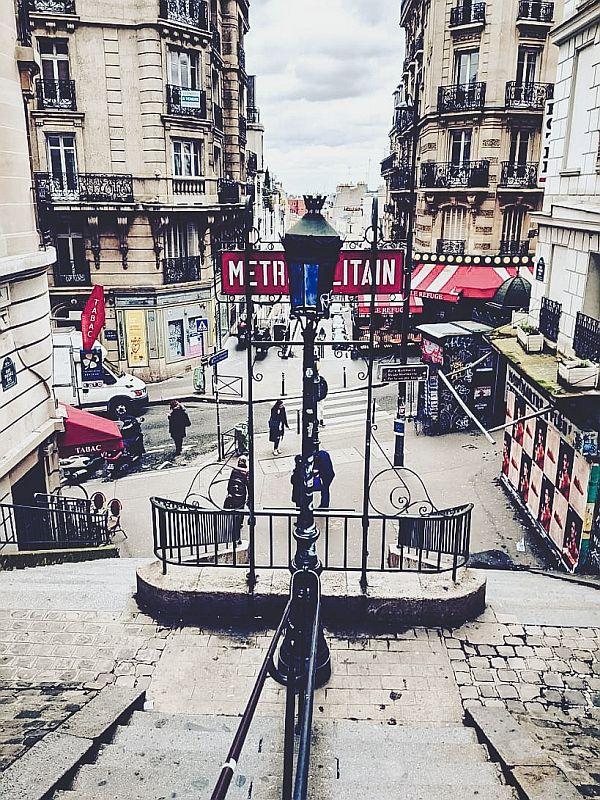 Eine Metrostation im Künstlerviertel Montmartre