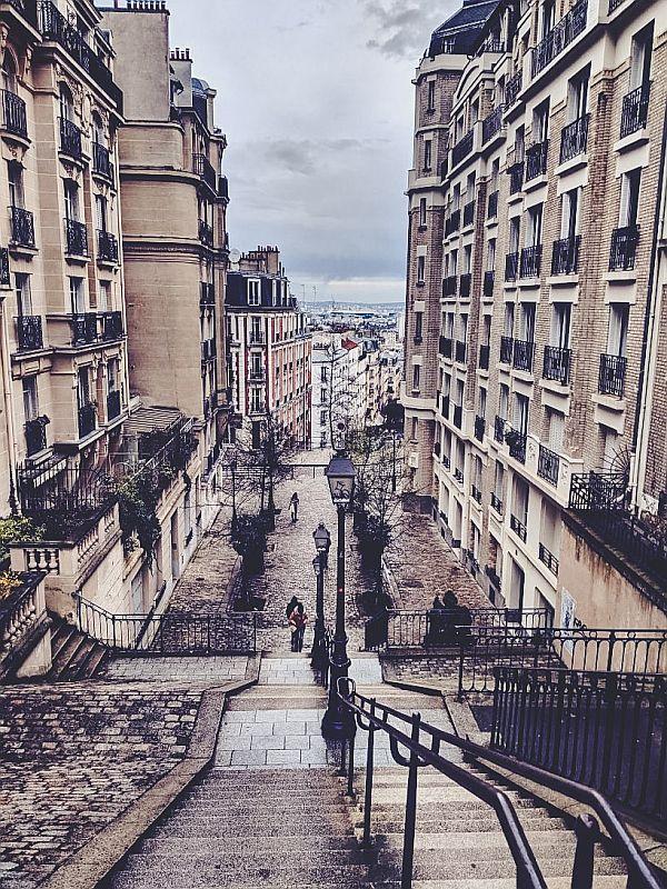 Blick in eine kleine Gasse in Paris