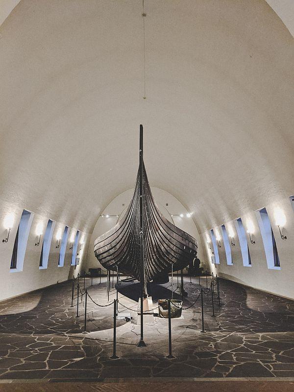 Das Gokstad Schiff in einem der Oslo Museen