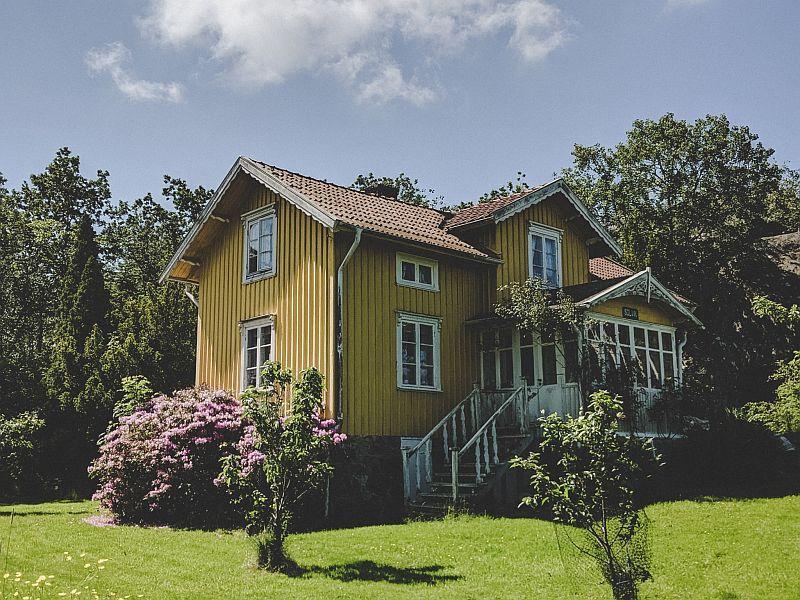 Gelbes Holzhaus auf Asperö