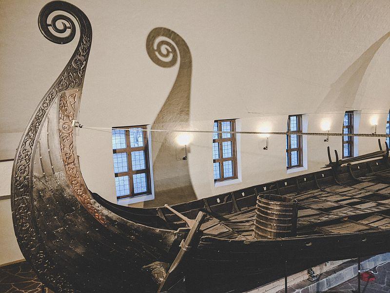 Auf dem Oseberg Schiff in einem der Oslo Museen