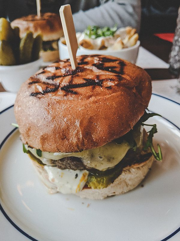 Ein Cheeseburger bei Døgnvill