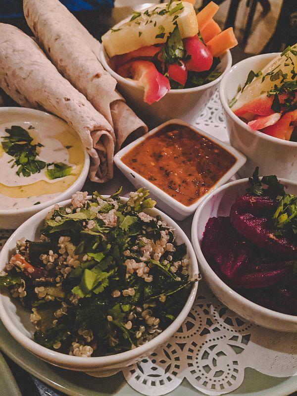 Leckeres Hummus Gericht im Habsak