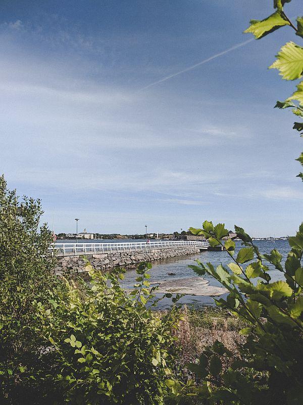 Idyllische Brücke in der Merisatama Bucht