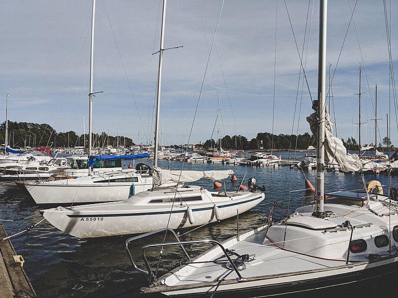 Boote in der Merisatama Bucht in Helsinki