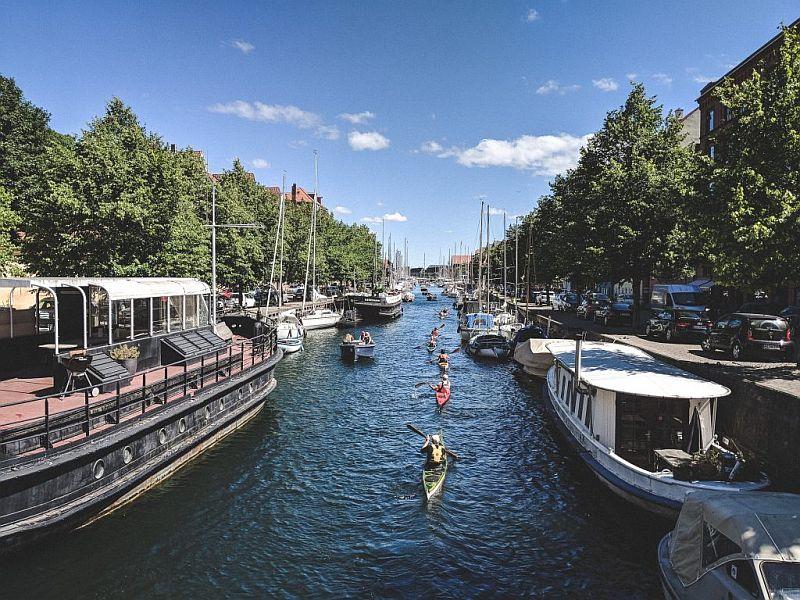 Paddler paddeln den Christianshavn Kanal entlang
