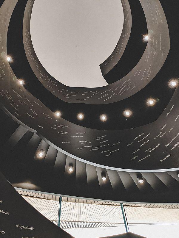 Der Treppenaufgang in der Oodi Bibliothek in Helsinki