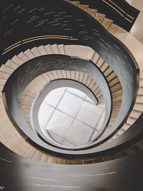 Der Treppenaufgang von oben in der Oodi Bibliothek