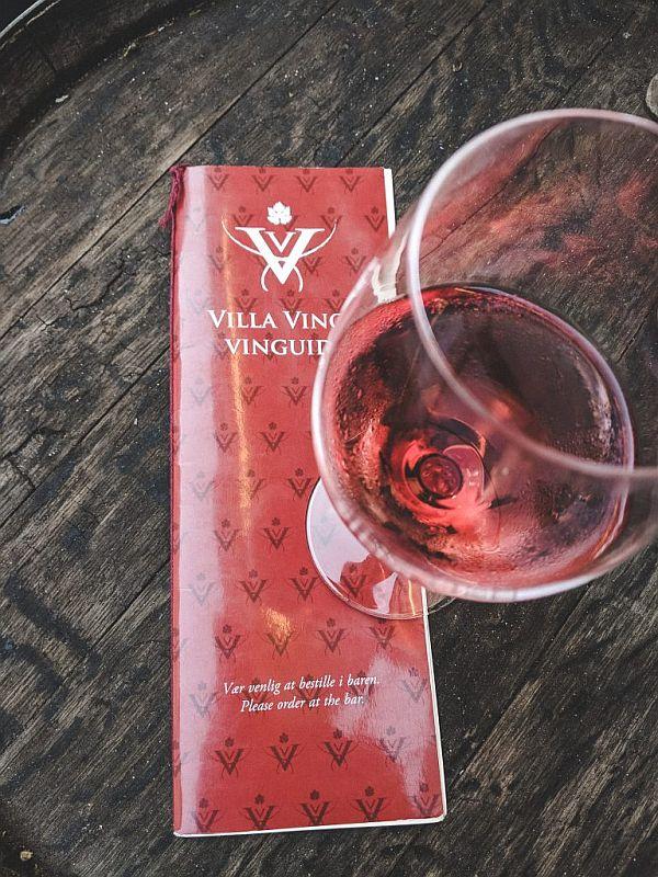 Ein Glas Wein in der Villa Vino in Kopenhagen