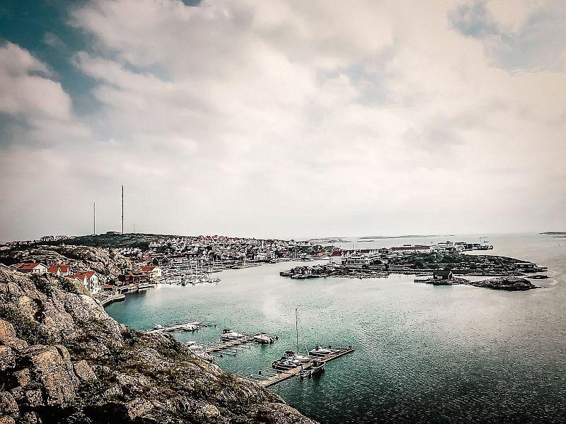 Wunderschöner Blick auf den Ort Kungshamn in Bohuslän Schweden