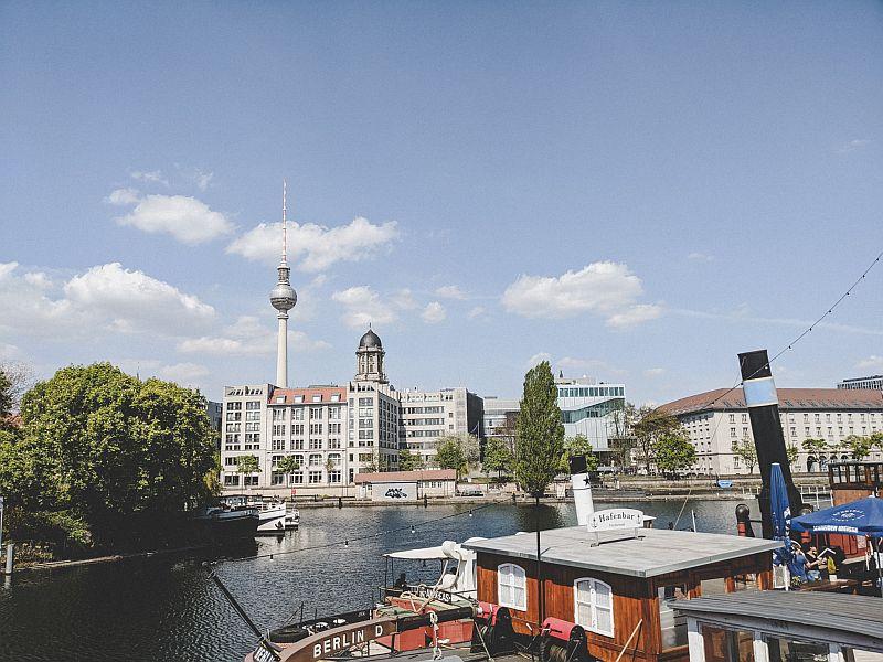 Der historische Hafen Berlin - Blick auf die Hafenbar und den Fernsehturm