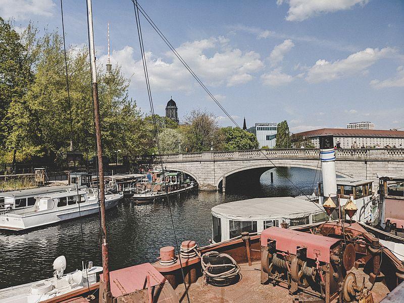 Der historische Hafen mit Blick auf die Brücke zur Fischerinsel