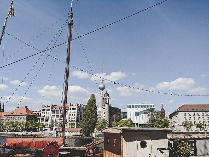 Der Historische Hafen Berlin und der Fernsehturm