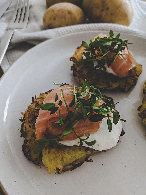 Leckere Kartoffelpuffer mit Lachs und Kresse