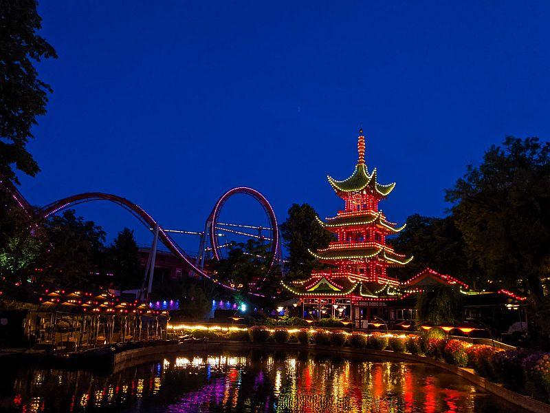 Blick auf den Chinesischen Turm und die Loopingbahn im Tivoli