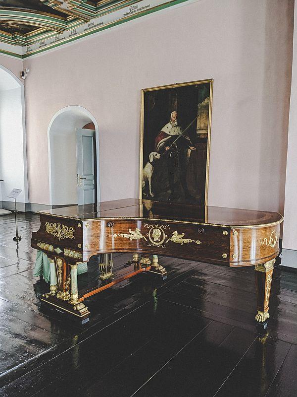 Antikes Klavier im Tafelgemach