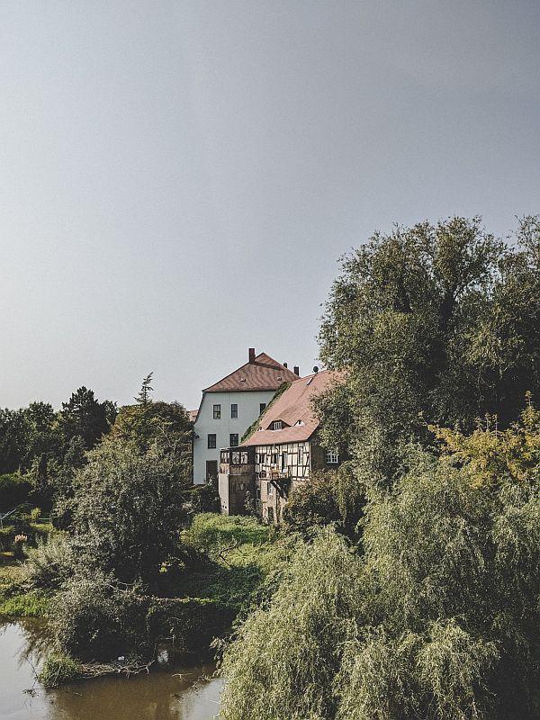 Alte Fachwerkhäuser am Ufer der Saale