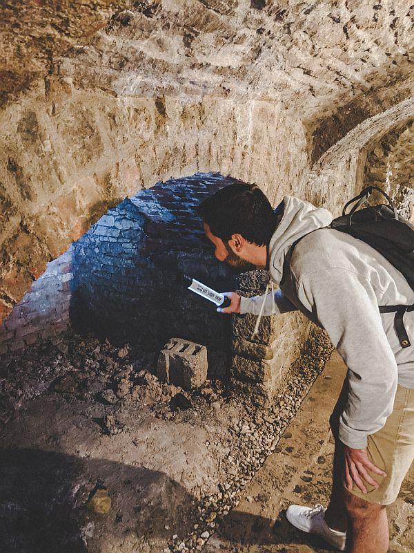 Roman schaut sich die Gewölbe im Tiefen Keller an