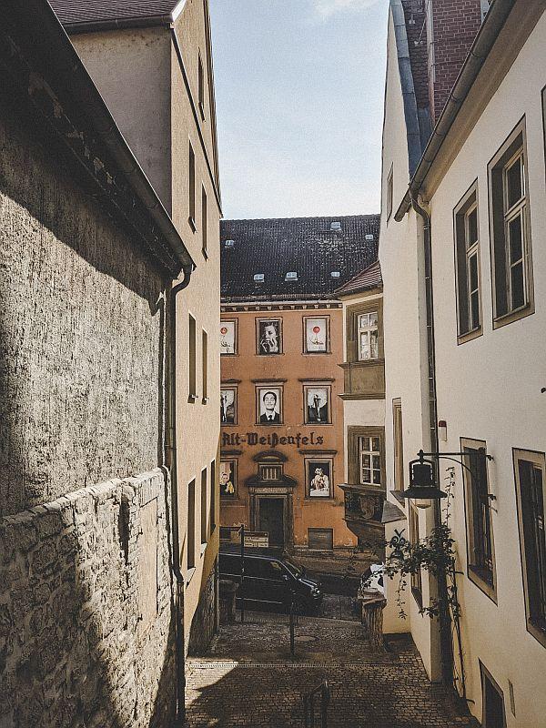 Weißenfels Sehenswürdigkeiten - Die ehemalige Gaststätte Alt-Weißenfels mit Fotografien des Vogue Fotografens Horst P. Horst