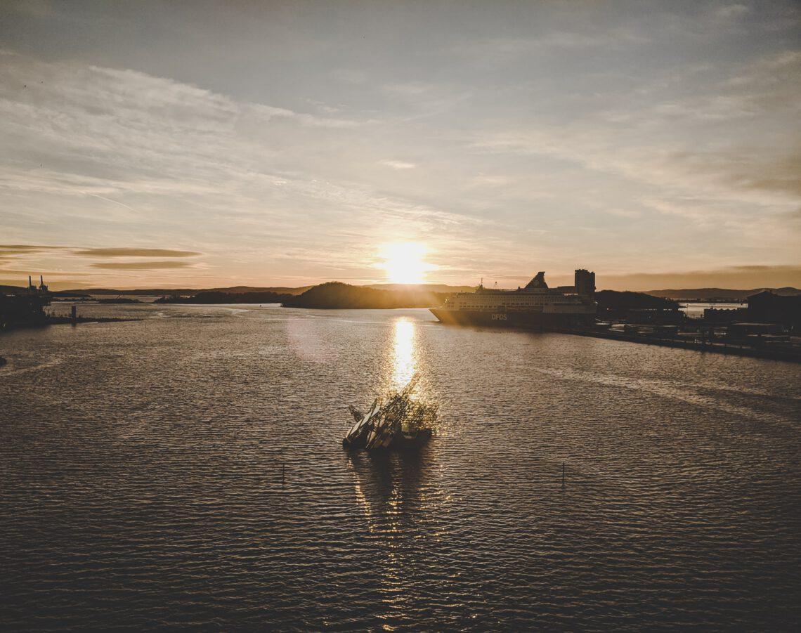 Oslo im Winter - Eisbergskulptur vor dem Osloer Opernhaus