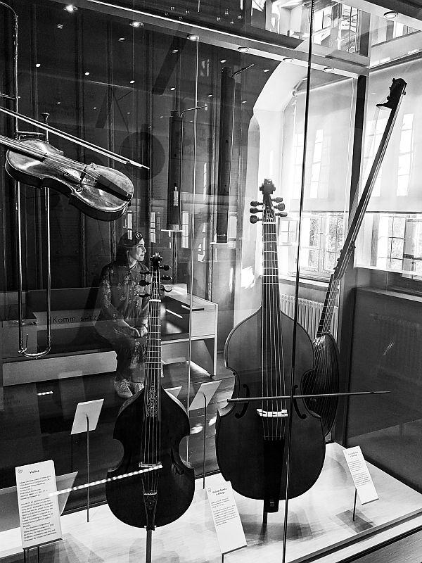 Zwischen historischen Musikinstrumenten
