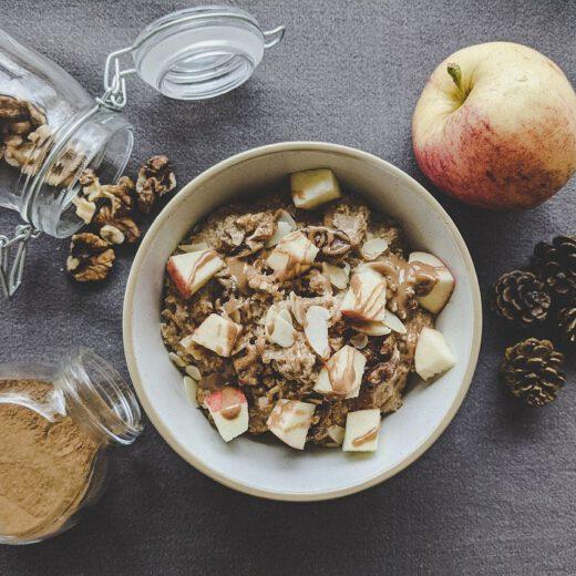 Rezept für ein cremiges Apfel-Zimt Porridge mit Mandeln