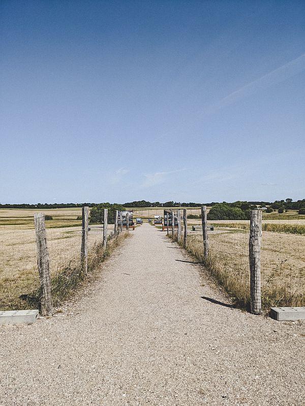 Der Weg vom Eingang des Ausgrabungsgeländes zur Festung