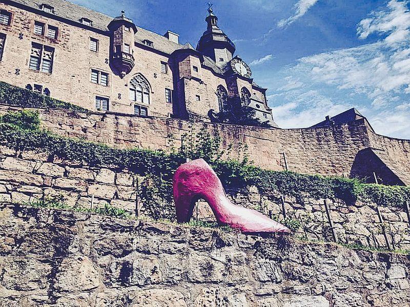 Marburg - der Aschenputtelschuh vor dem Landgrafenschloss