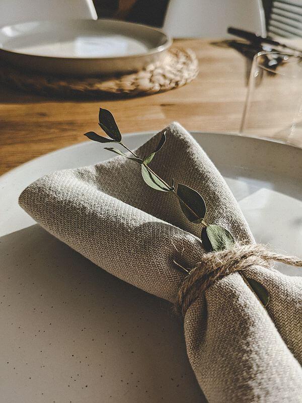Sommerliche Tischdeko aus Baumwolle und Eukalyptus